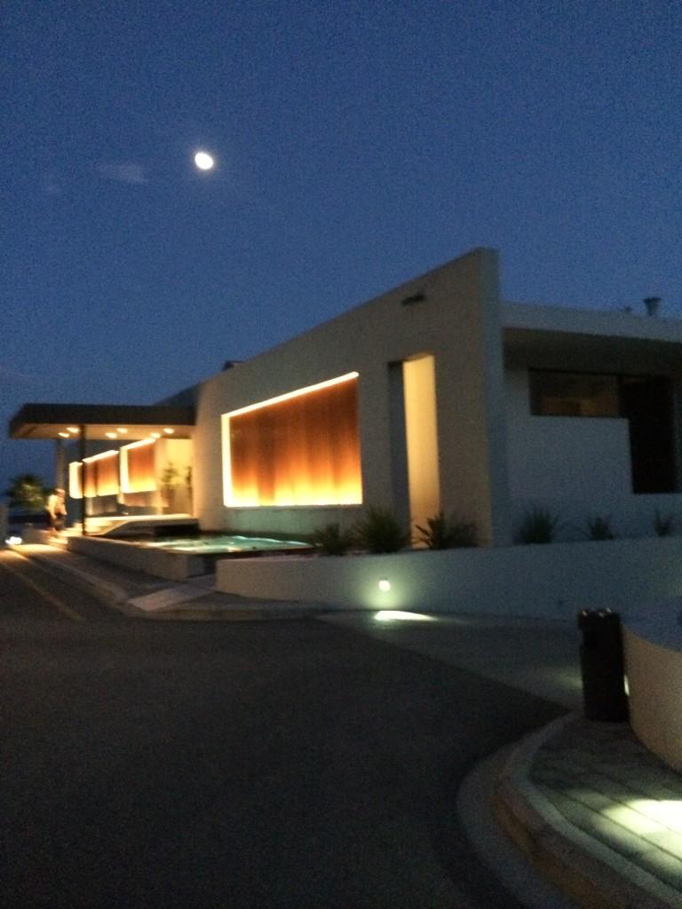 Oświetlona recepcja Tesoro Blu wieczorową porą