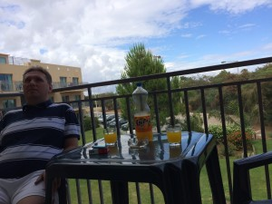 Piotr na naszym hotelowym balkonie